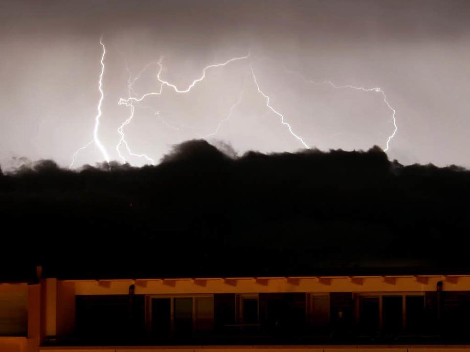 Blitze und Gewitterwolken über Freiburg.    Foto: dpa