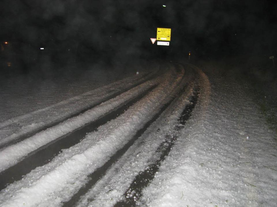 Eisbahn: Bei Bernau bedeckte eine dicke Hagelschicht die Straßen.    Foto: Ulrike Spiegelhalter