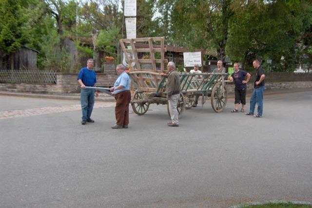 Sechs Menschen ersetzen Ochsen oder Pferde