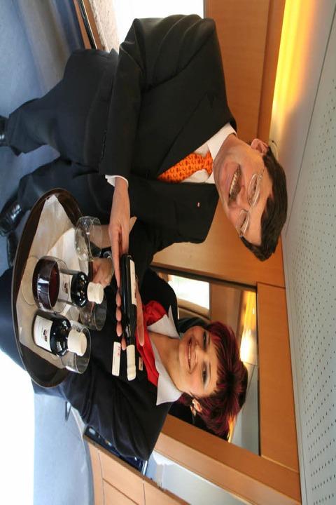 Robert Etmans und Manuela Wriedt  mit Huber-Wein im ICE     Foto: Möller