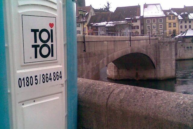 Toilettenhäuschen schwamm im Rhein