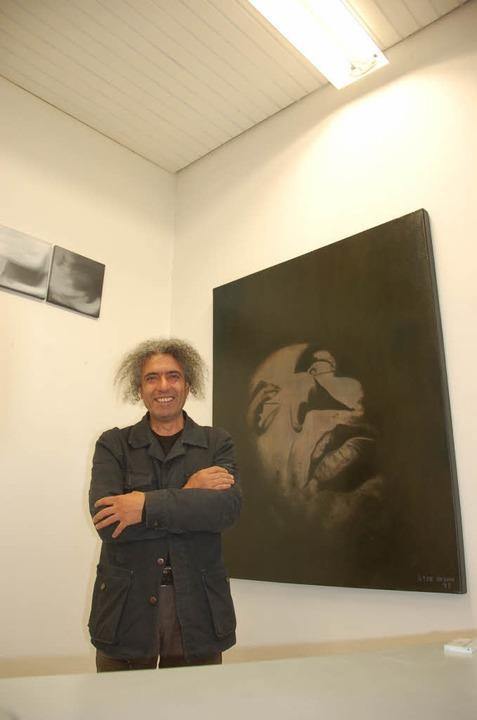 """Ilter Rezan, hier mit Selbstporträt,  sagt """"Good bye Offenburg"""".     Foto: rab"""