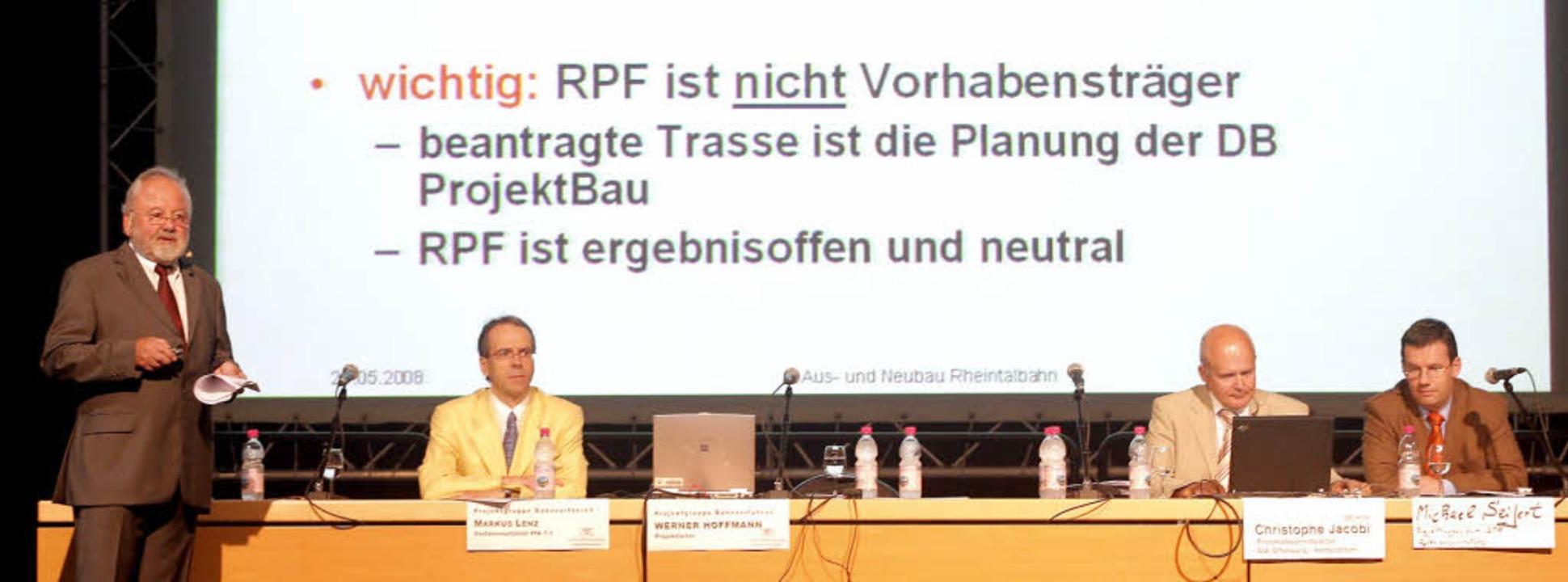 Infoabend  in der Ortenauhalle  (v. l....obi und  Michael Seifert von der Bahn.    Foto: Peter Heck