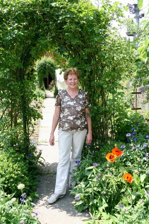 Edith Weber in ihrem Garten in Nieder-...in werden auch  viele Rosen blühen.     | Foto: Fabry