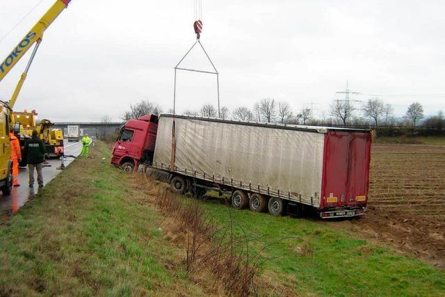 Möbeltransporter von A5 abgekommen
