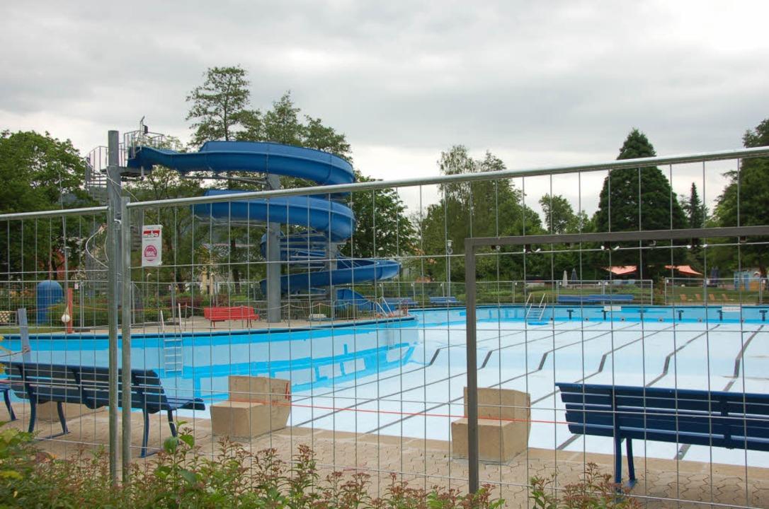 Gestern wurde der Bauzaun ums Becken a...b morgen, Freitag, wieder zugänglich.     Foto: Bernd Fackler