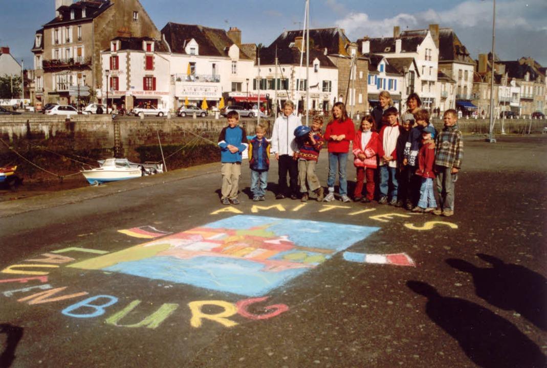 Am Hafen von Le Croisic malten die Bes...einen Gruß auf den Platz. FOTO: PRIVAT  | Foto: Gert Philipp
