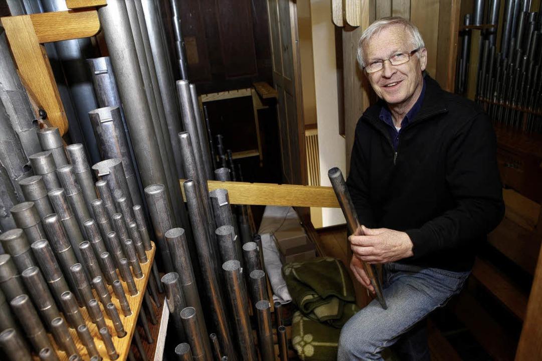 Arndt Wählt stimmt die Orgelpfeifen.  | Foto: Christoph Breithaupt