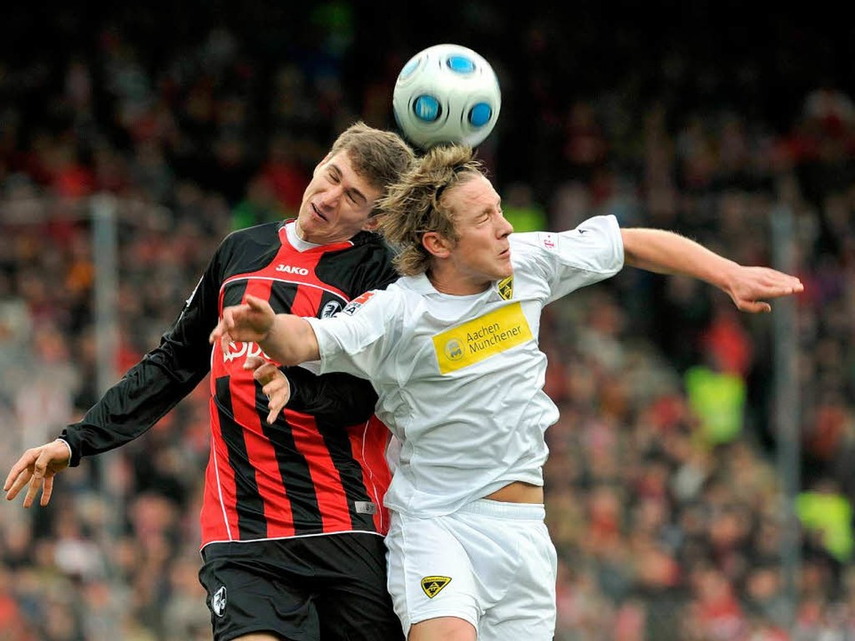 Obenauf: Daniel Schwaab im Kopfballduell gegen Aachens Jungstar Holtby.  | Foto: dpa