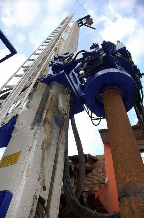 Der Bohrturm steht bereits: Heute begi... Risse in der Altstadt geben sollen.    | Foto: MArkus Donner