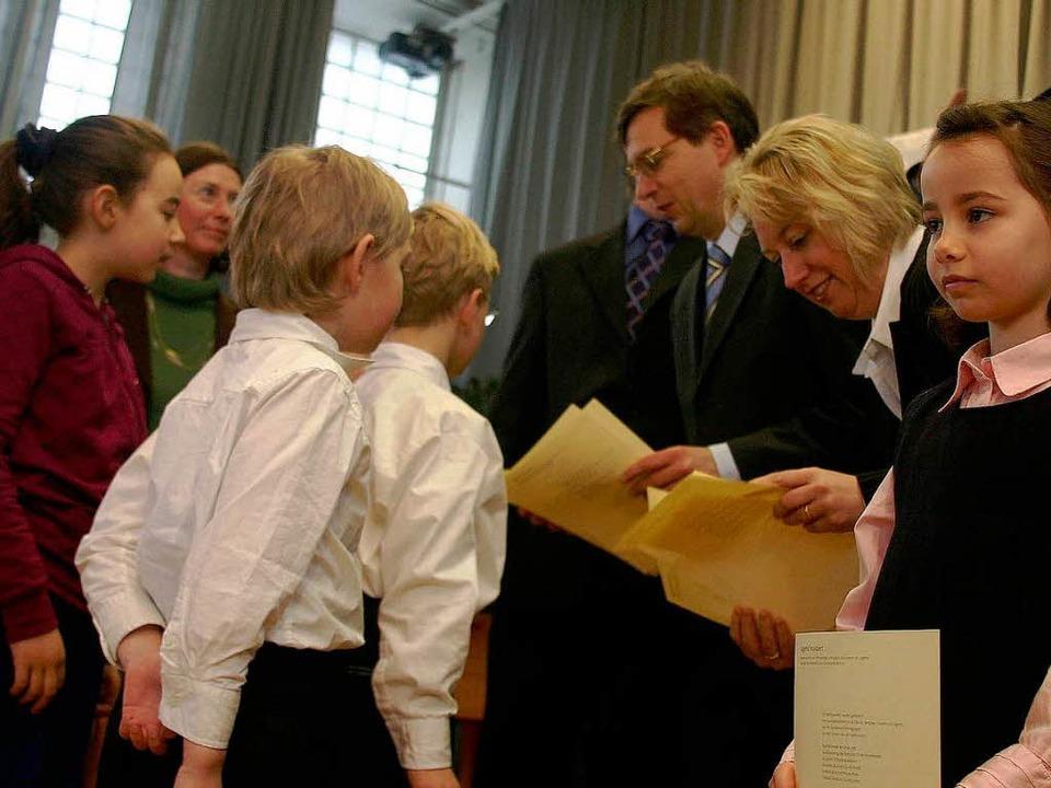 Landrat Hanno Hurth, Ortsvorsteherin F...r Stefan Goeritz überreichen Urkunden.  | Foto: Frank Berno Timm