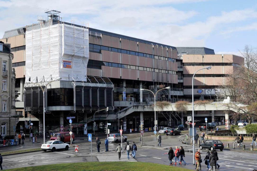 Der Umbau der Universitätsbibliothek g...e neue Fassade wird jetzt angebracht,.  | Foto: Ingo Schneider