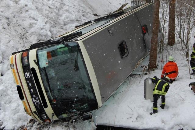 Schulbus stürzt in die Tiefe – 26 Verletzte