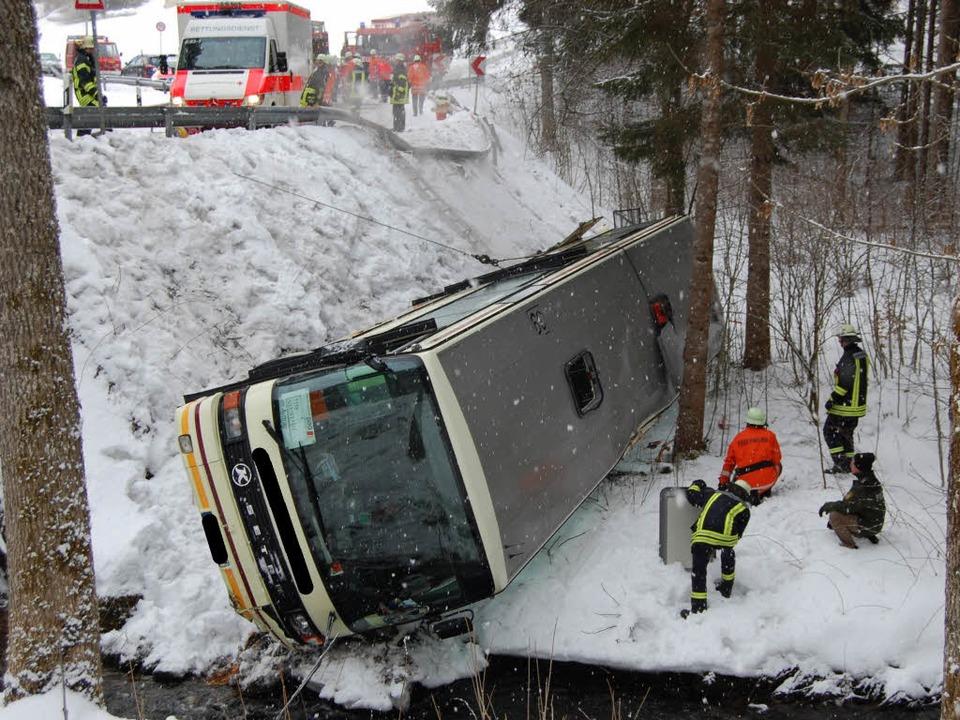 Der Bus stürzte mehrere Meter in die Tiefe.    Foto: Martin ganz