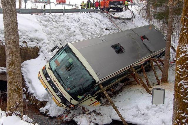 Ein Schulbus stürzt in den Bach