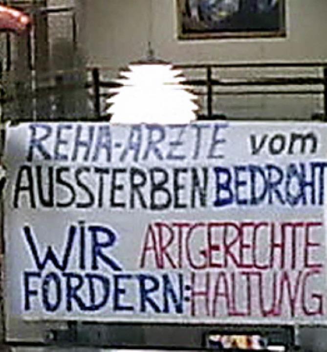 Ein Transparent im Foyer weist auf die Proteste der Ärzte hin.  | Foto: BZ
