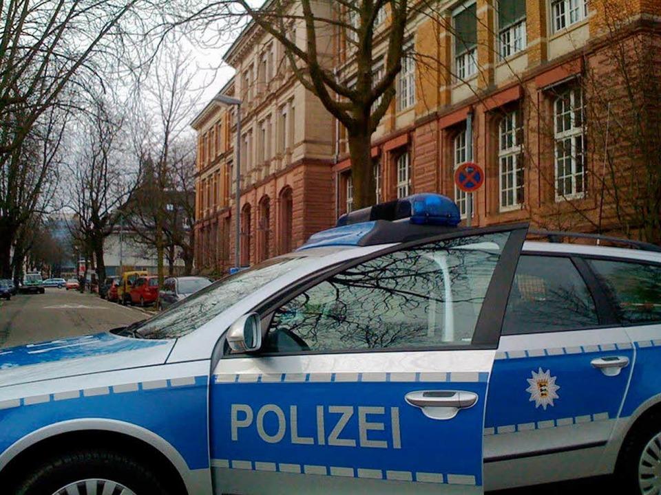 Die Polizei hatte die Karlstraße im Bereich der Schule abgeriegelt.    Foto: Joachim Röderer