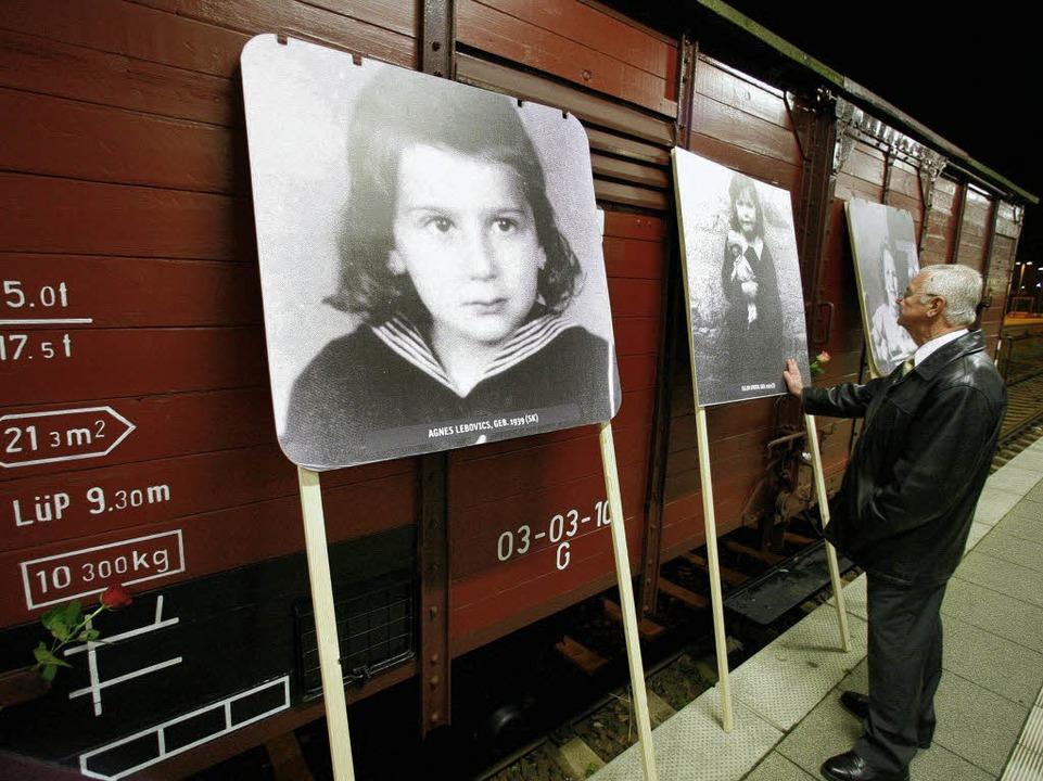 Fotos und Dokumente ermordeter Kinder ... annäherndes Begreifen  des Holocaust.  | Foto: ddp