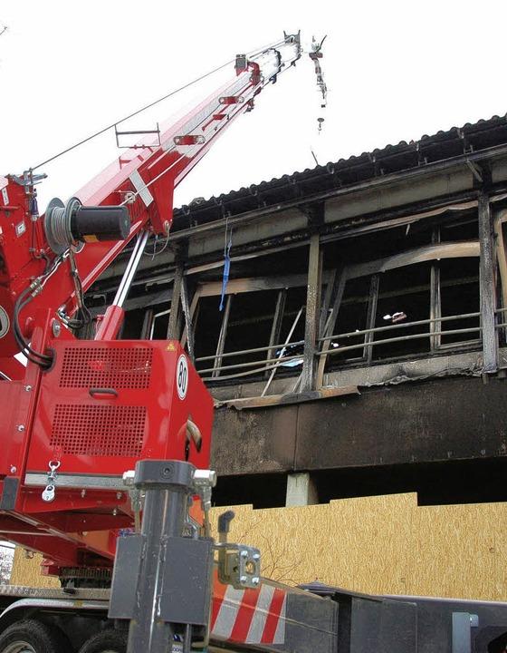 Derweil wurde das beschädigte Dach der Schule  abgedichtet.  | Foto: Tanja Bury