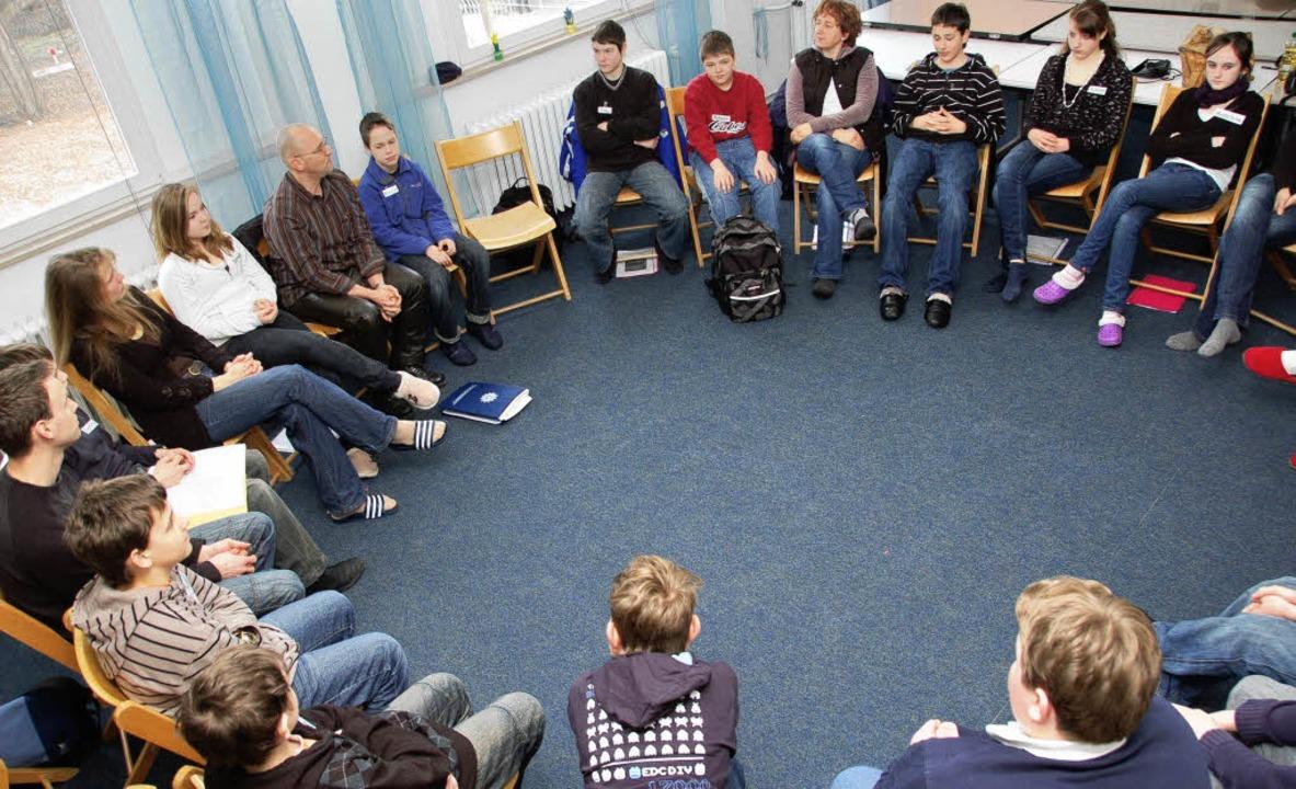 Interessiert hörten die Schüler Manfre...Jugendsachbearbeiter der Polizei, zu.   | Foto: Tanja Bury
