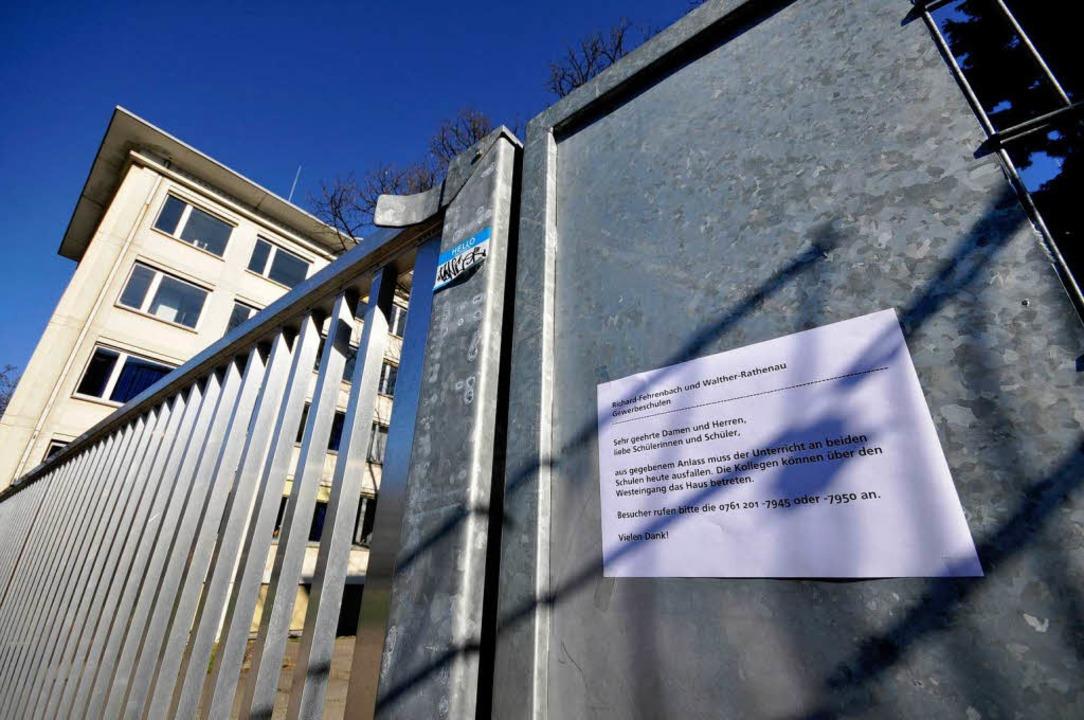 Heute keine Schule: Ein Zettel informi...; bleibe das Schulzentrum geschlossen.  | Foto: Ingo Schneider