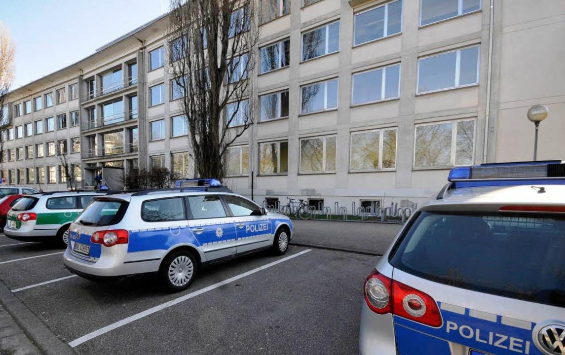 Die Polizei demonstriert Präsenz vor der Richard-Fehrenbach-Gewerbeschule  | Foto: Ingo Schneider