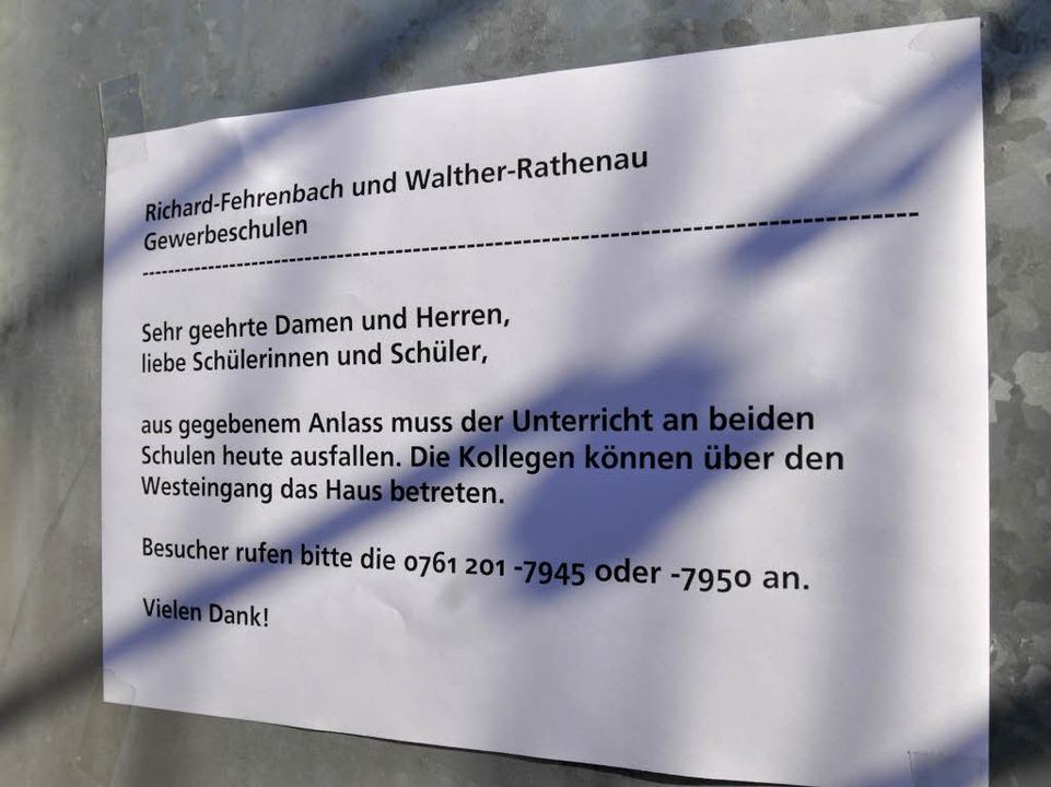 Eine Notiz am Eingang gibt Auskunft über den Unterrichtsausfall.  | Foto: Ingo Schneider