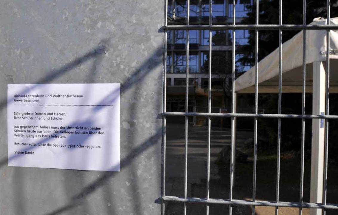 Kein Durchgang: Die Polizei ließ am Mo...er-Rathenau-Gewerbeschule in Freiburg.  | Foto: Ingo Schneider