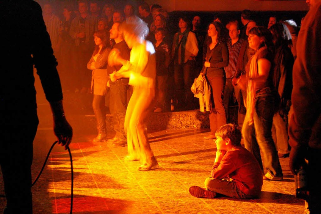 "Blutjunger Fan bei ""Rock -The AC/DC Show"" im Faust-Gymnasium.  | Foto: Hans Jürgen Kugler"