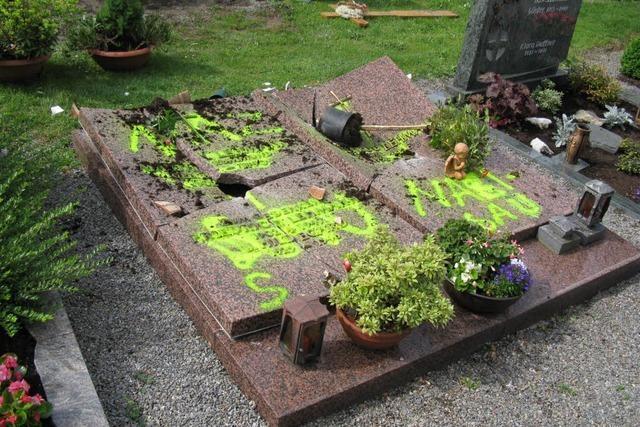Grab in Haslach beschädigt und beschmiert