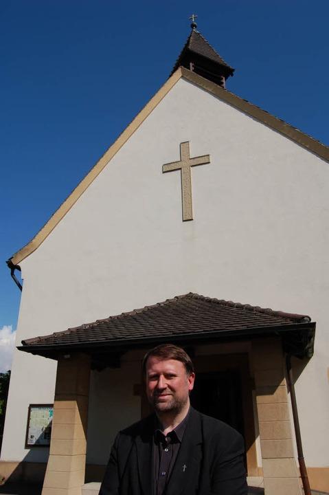 Martin Wetzel vor der Josefskirche in Hildboltsweier.   | Foto: Gertrude Siefke