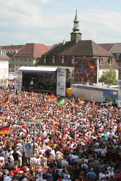 """Erinnerungen an das  """"Sommermärc...wing  auf den Emmendinger Marktplatz.     Foto: Spitzmüller"""