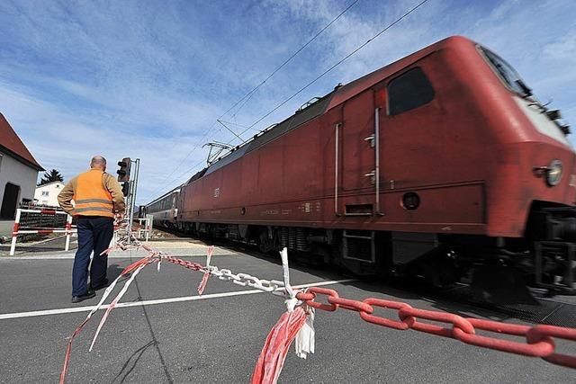 Rot-weiße Ketten sichern den Bahnübergang