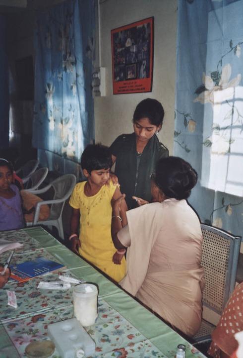 Eine Nonne impft ein  Kind gegen Tetanus.  | Foto: wolter