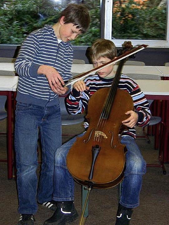Ein Schüler erklärt sein Streichinstrument   | Foto: Zimmermmann