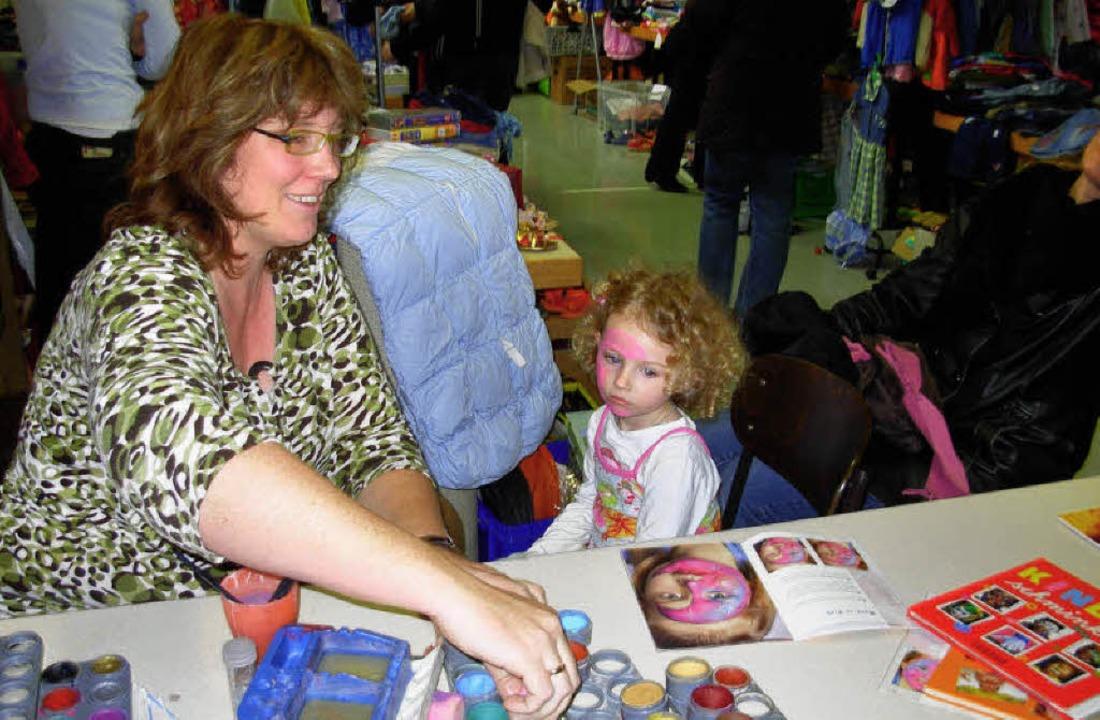 Das Kinderschminken  fand beim Gottenheimer Kinderkleidermarkt viel Anklang.     | Foto: kathrin streicher