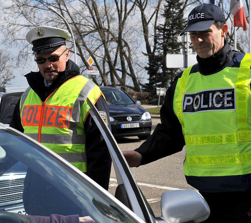 An der gesamten Grenze zum Elsass kont...Polizisten bis zum Gipfel Autofahrer.   | Foto: dpa