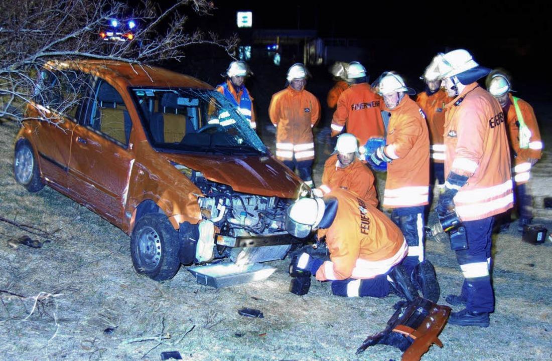 Bei einem Unfall auf der B 31 bei Löff...en die Böschung hinuntergeschleudert.   | Foto: Max Spiegelhalter