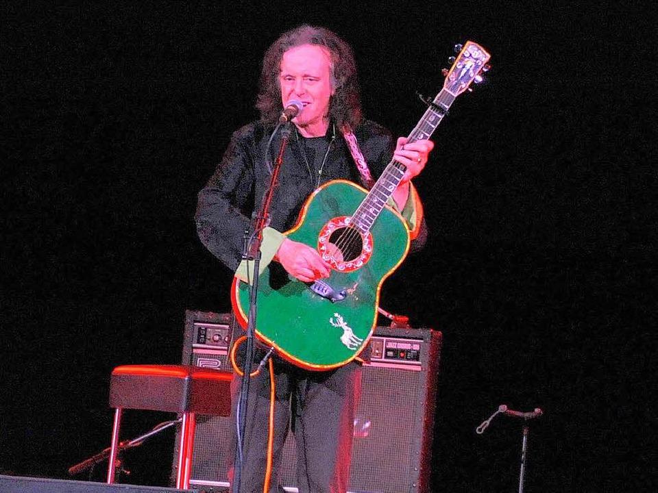 Allein auf der Bühne mit grüner Gitarre und Verstärker: Donovan   | Foto: André Roos