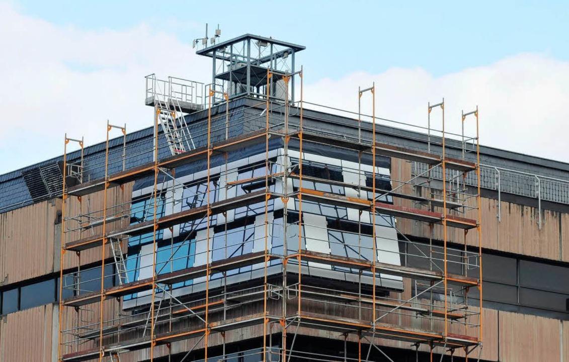 Die Musterfassade an der alten Unibibl... Sanierung in Glas und Alu erstrahlen.  | Foto: Ingo Schneider