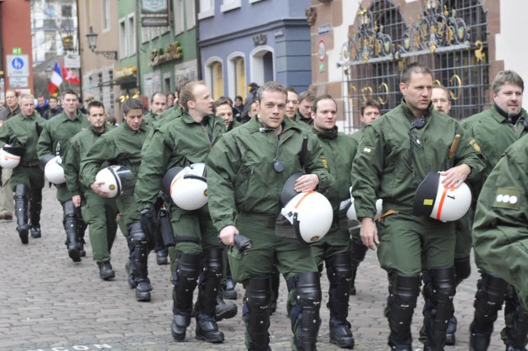 Die Polizei marschiert auf.  | Foto: Ingo Schneider