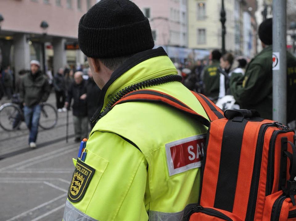 Sanitäter sind ebenfalls vor Ort.  | Foto: Ingo Schneider