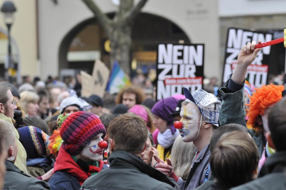 Demonstranten als Clowns verkleidet.  | Foto: Ingo Schneider