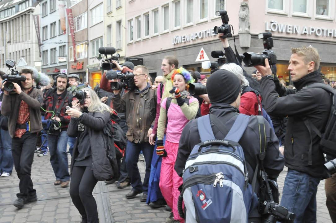 Die mediale Aufmerksamkeit ist groß, die Furcht vor Randalen geschürt.  | Foto: Ingo Schneider