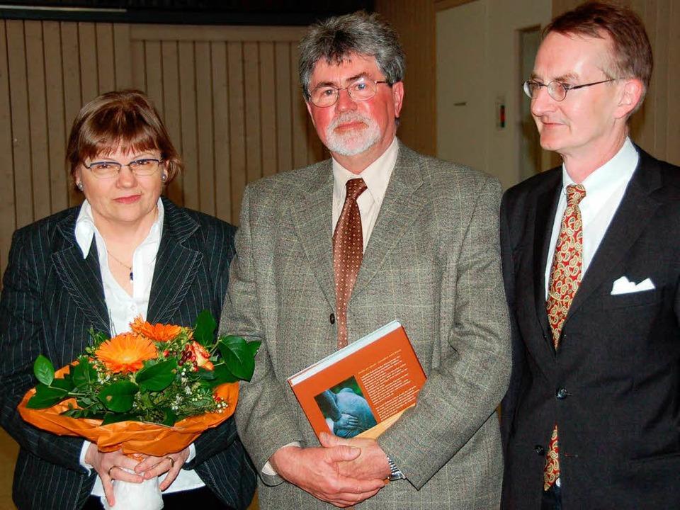 Bürgermeister Ekkehart Meroth verabsch...Karin Gündisch  überreichte er Blumen.  | Foto: Markus Donner