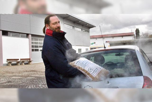 Auto fährt mit Holzpellets