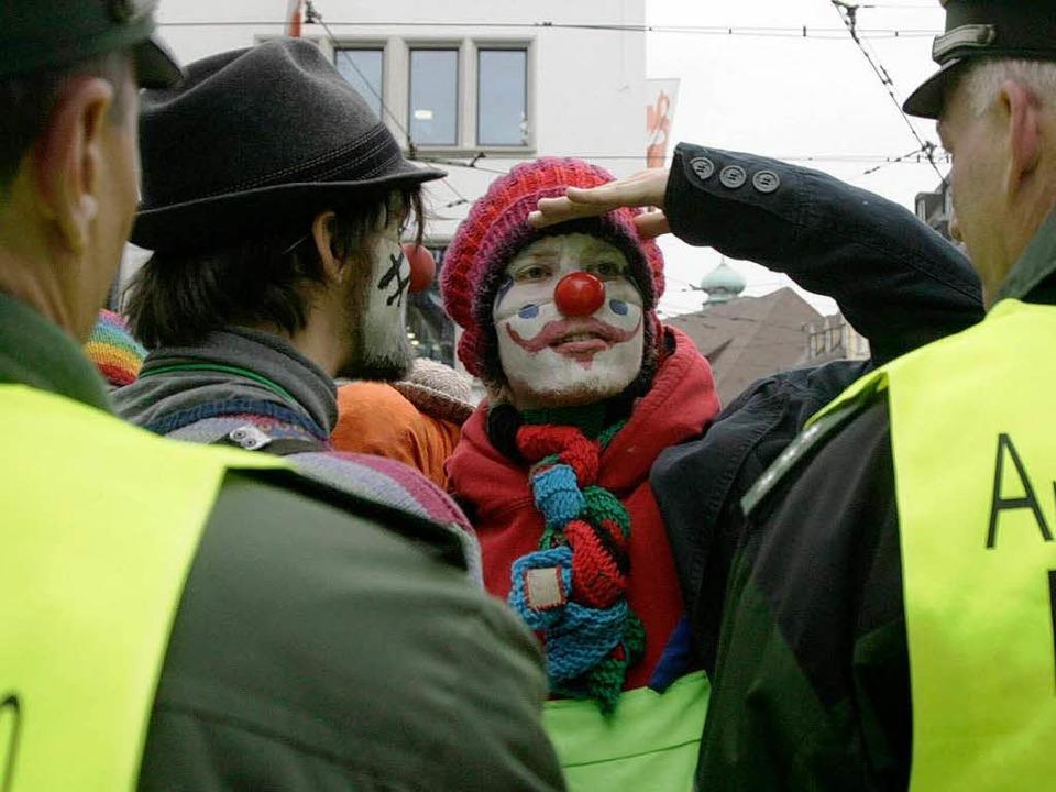 Clowns erlauben sich Späße mit der Pol...Gipfel blieben beide Seiten friedlich.  | Foto: ddp