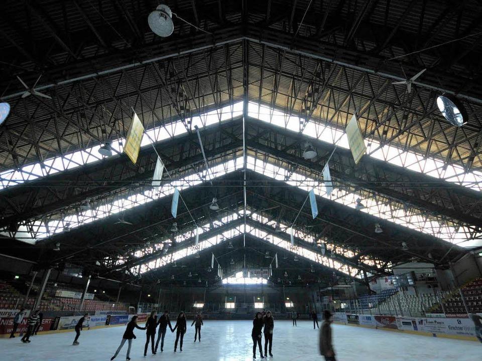 Bis zu eine Millionen Euro könnte die Sanierung der Eishalle kosten.  | Foto: Ingo Schneider