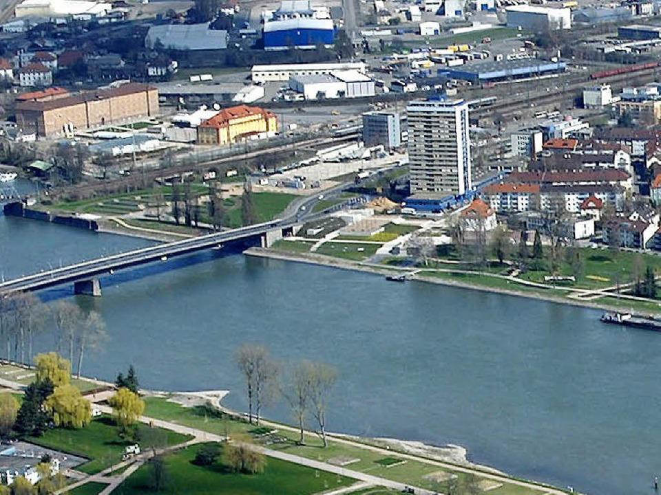 Die Europabrücke (links) zwischen Kehl und Straßburg.  | Foto: dpa