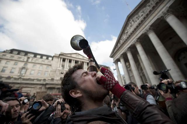 G-20-Treffen: Demonstranten stürmen Bank